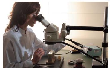 在显微镜下制作探头