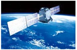 调整卫星框架平行于水平基准误差小于+1μm/m